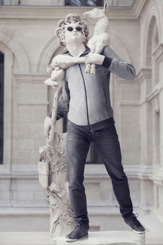 мужская статуя в одежде