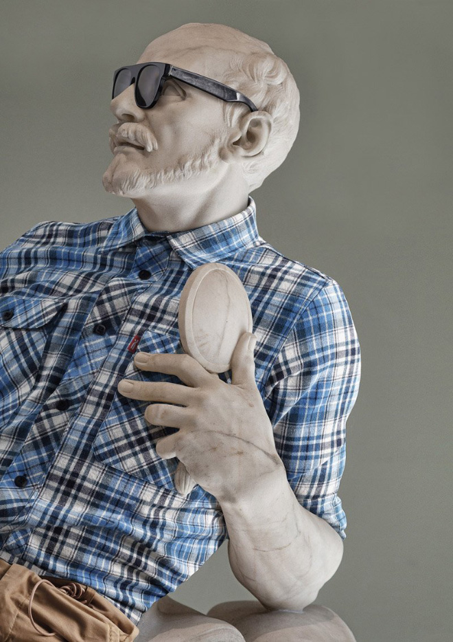 статуя в рубашке