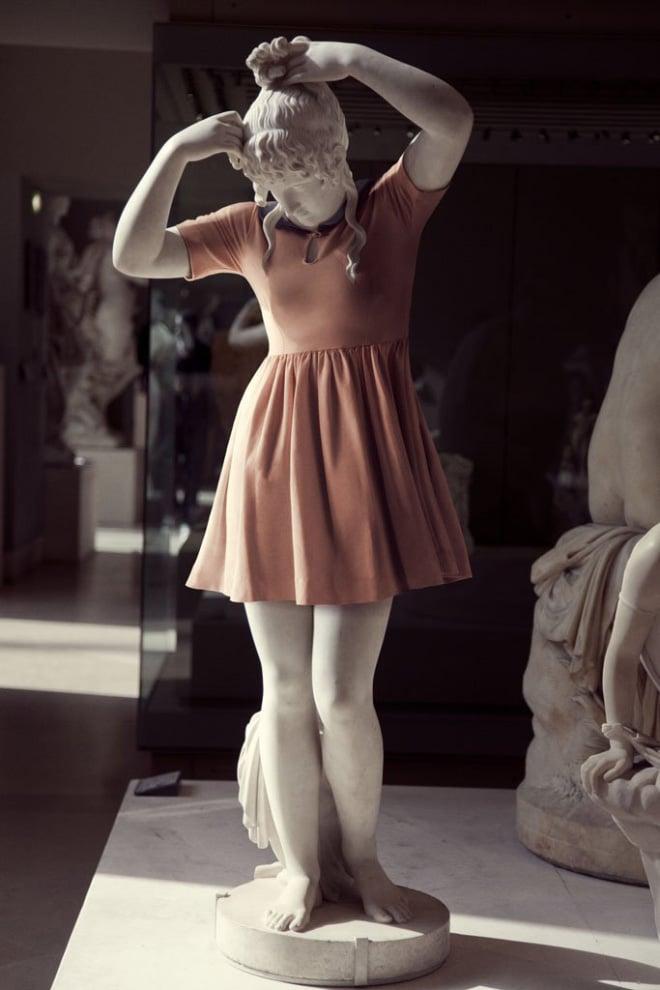 статуя в женской одежде