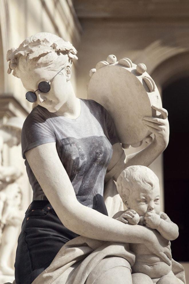 скульптура в женское одежде
