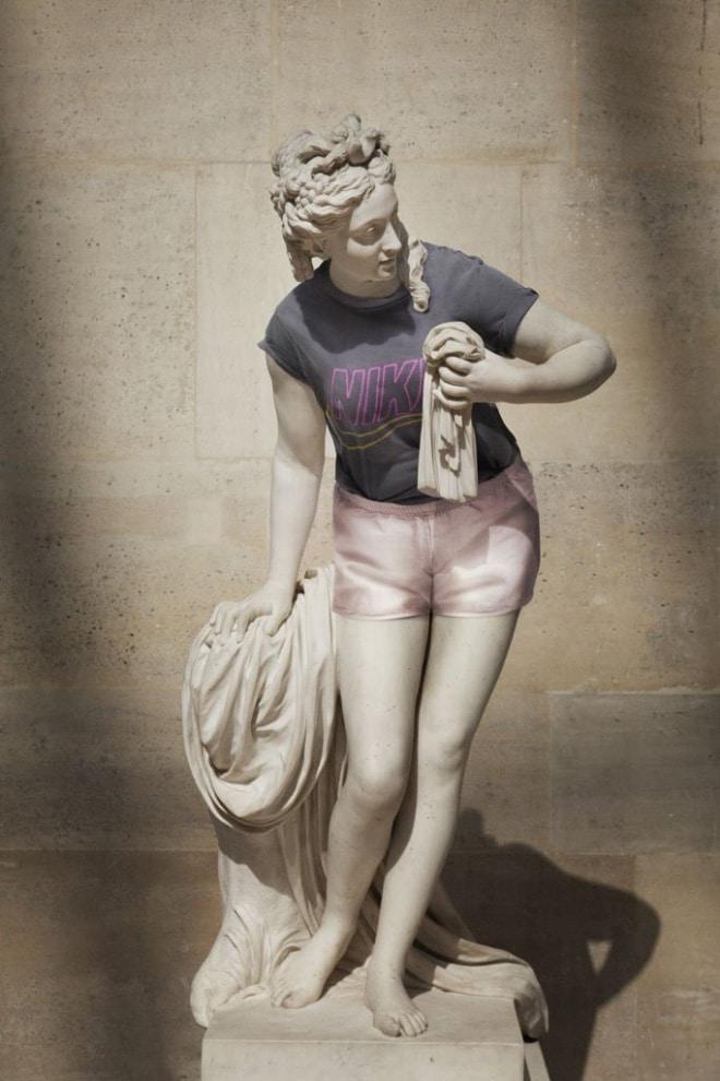 женская статуя в одежде