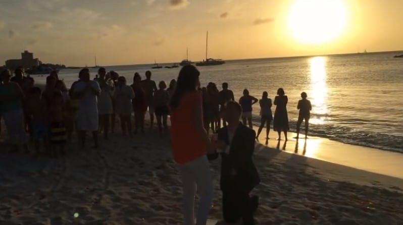 мужчина на коленях перед девушкой на берегу закат