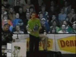 парень играет в боулинг