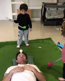 ребенок бьет папу по лицу