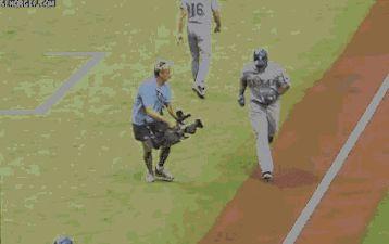 оператор падает на бейсбольном поле