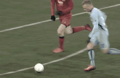футбольный мяч летит на трибуну