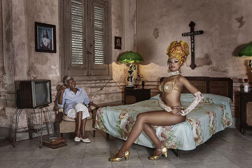 бабушка сидит в кресле на диване сидит девушка из бразильского карнавала