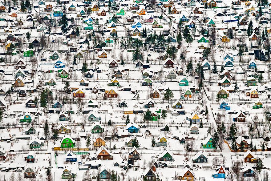 зима и куча маленьких домиков среди снега