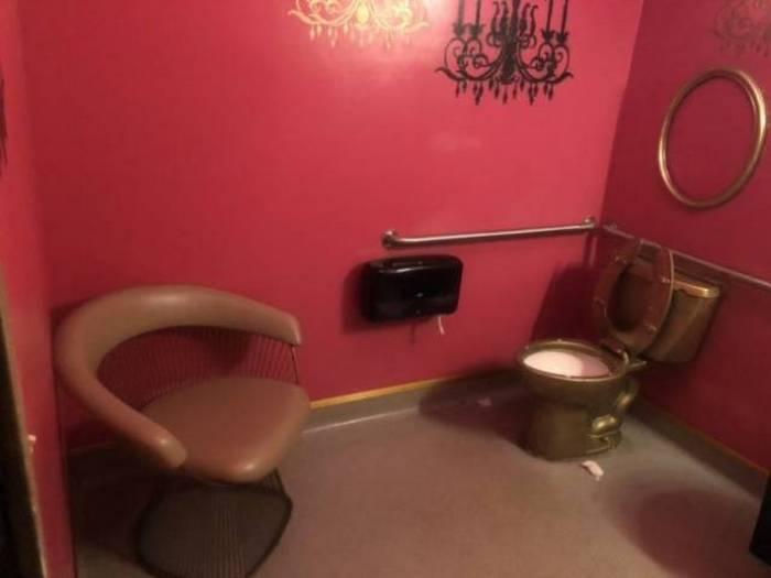 кресло в туалете