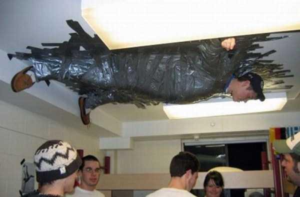 мужчина приклеен к потолку