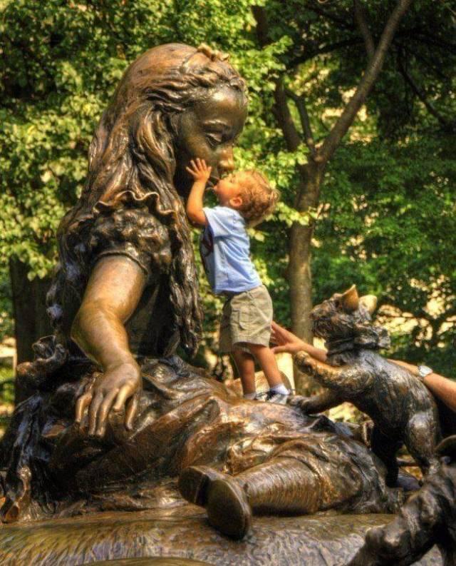 памятник и мальчик