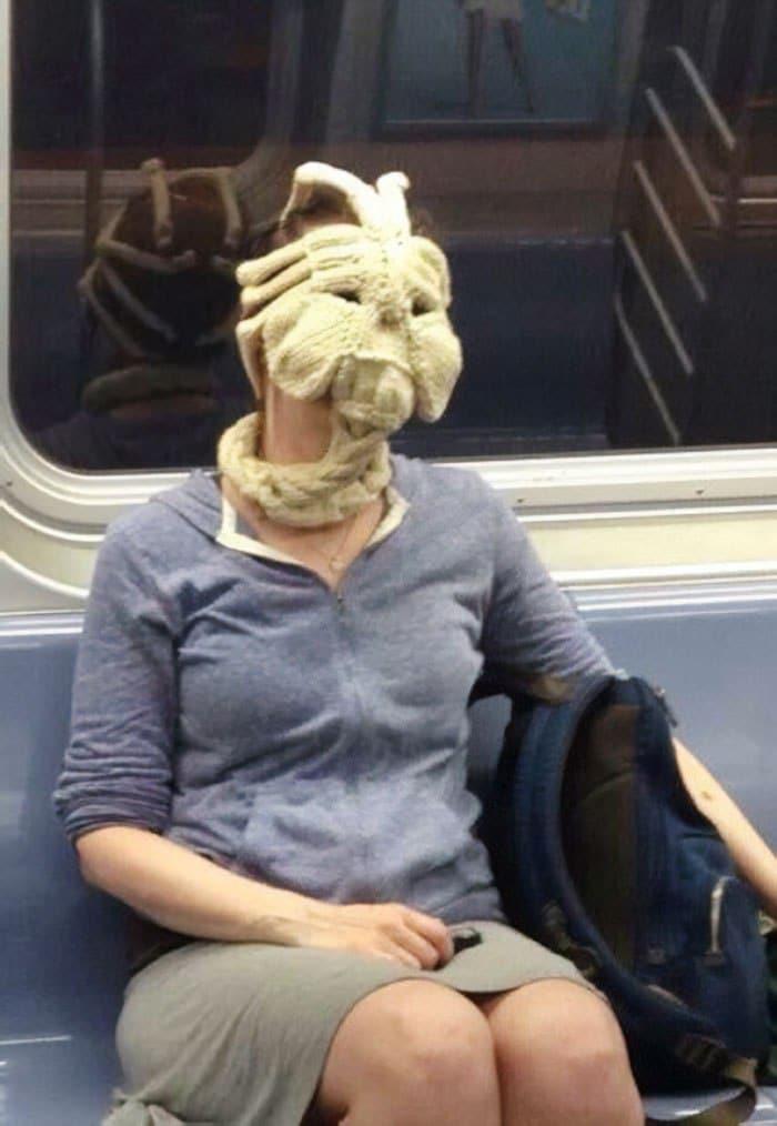 женщина в странном виде