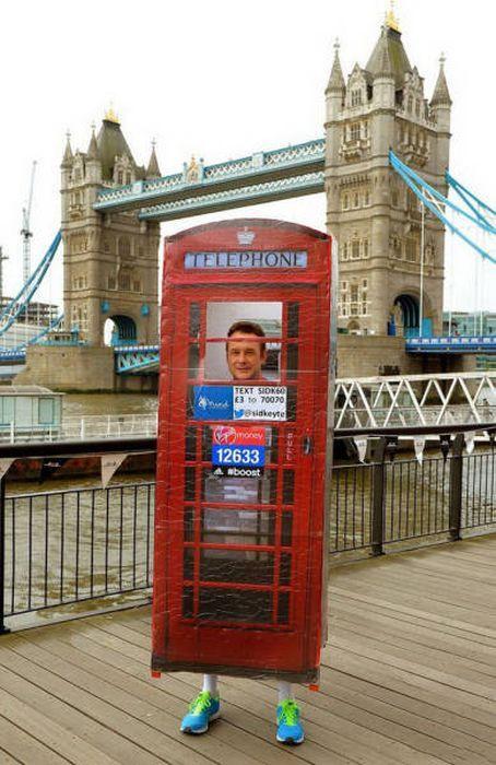 мужчина в костюме телефонной будки