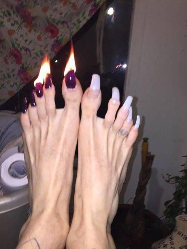 ноги с горящими ногтями