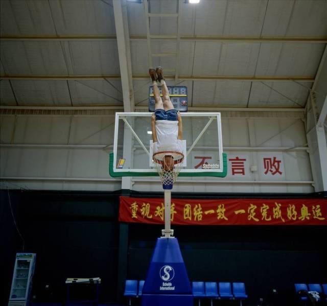парень в баскетбольном кольце