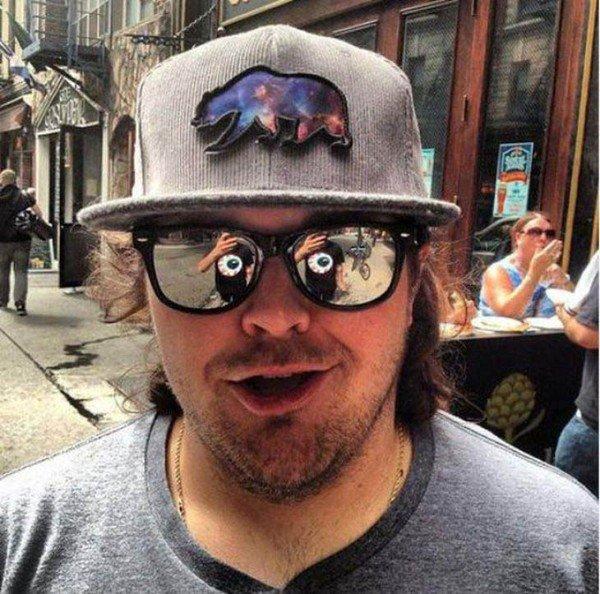 парень в кепке и очках
