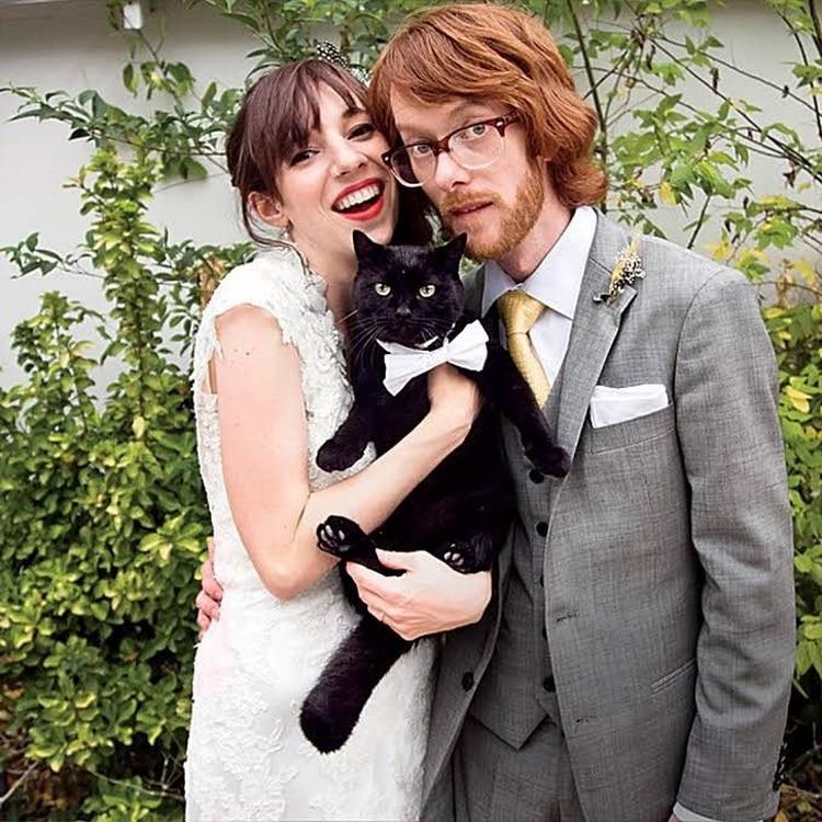 невеста жених и черный кот на руках