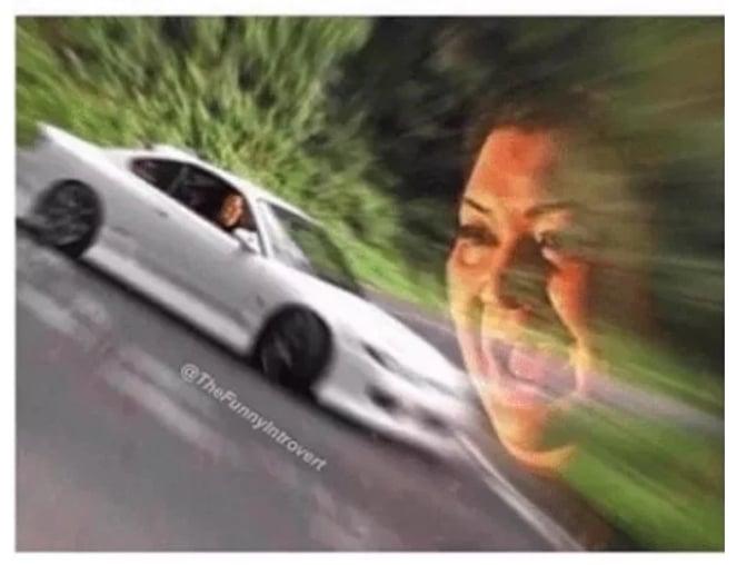 белая машина и кричащая женщина