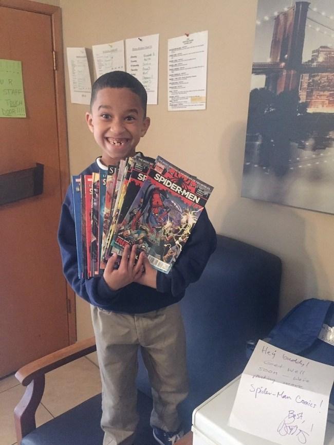 мальчик с комиксами в руках