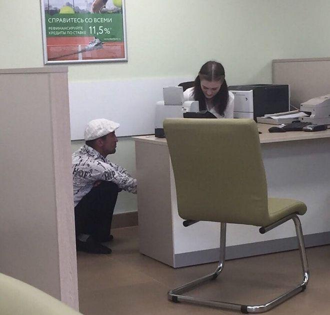 парень в банке
