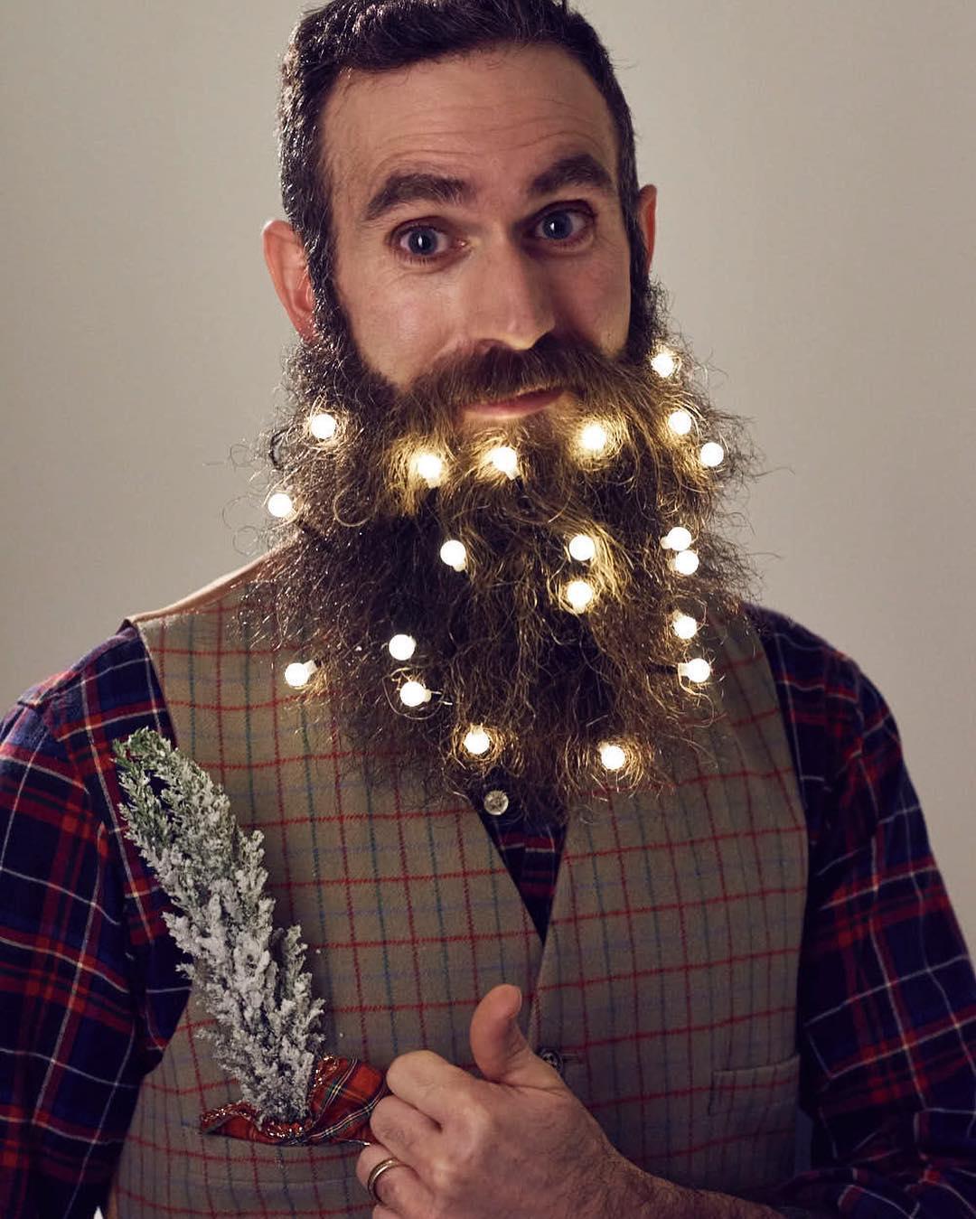 мужчина с включенной гирляндой в бороде