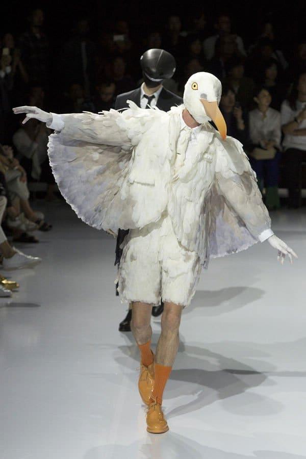 парень в костюме птицы на подиуме