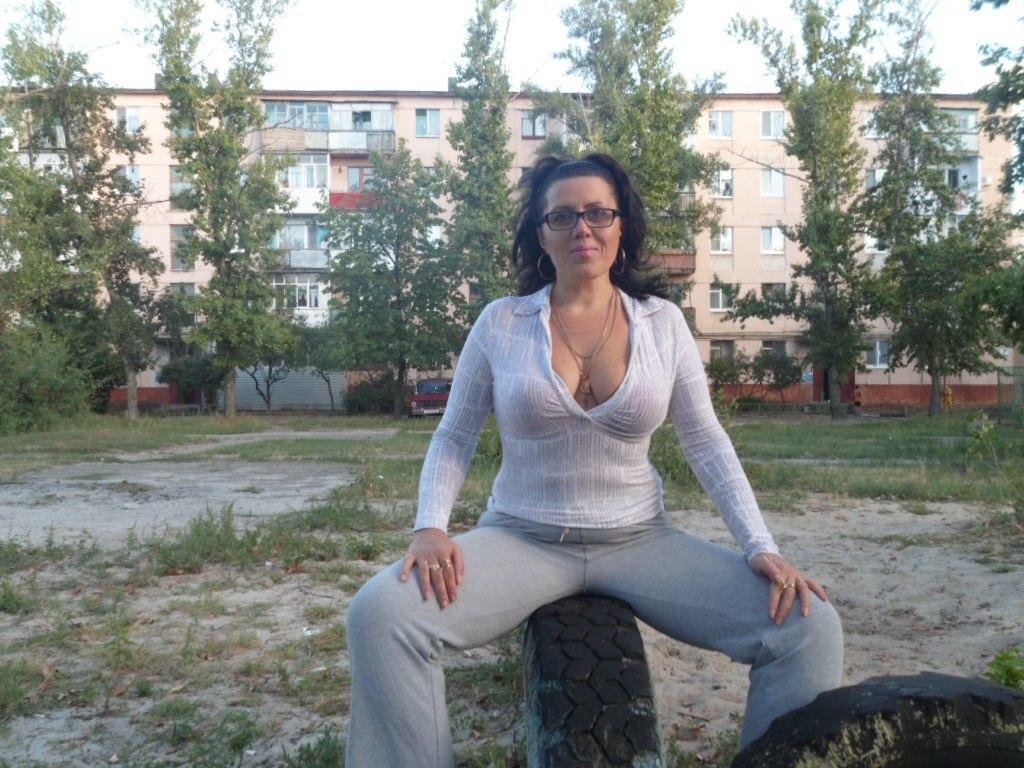 женщина сидит на шине