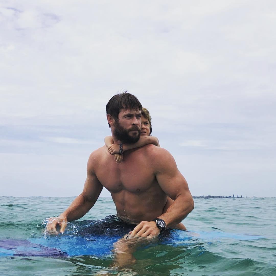 крис хэмсворт с сыном на пляже