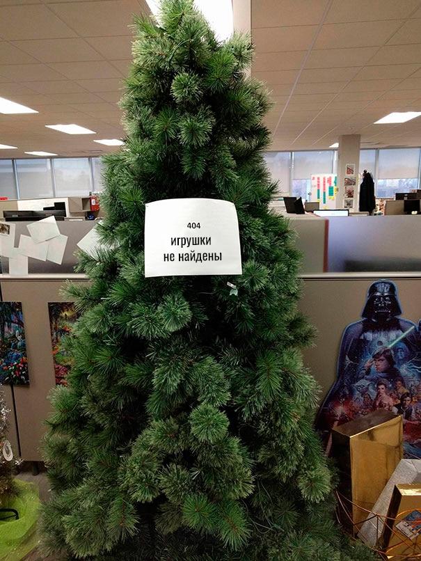 искусственная елка без игрушек