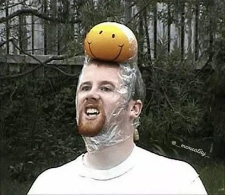 мужчина со смайликом на голове