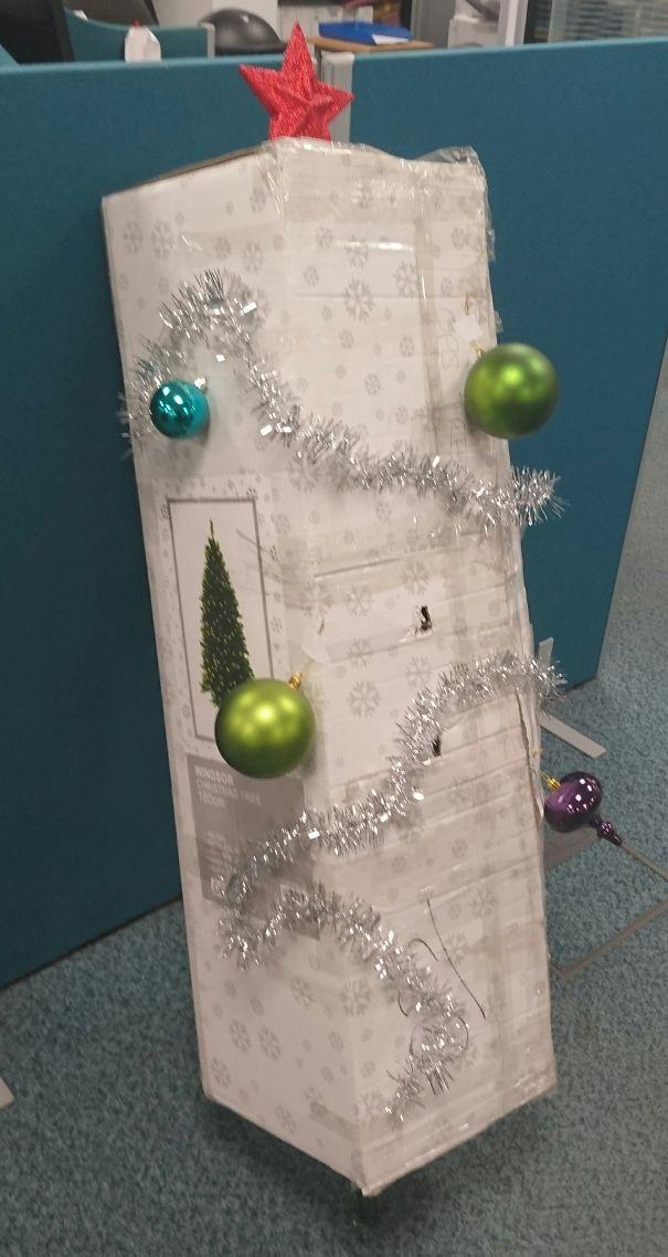коробка с искусственной елкой