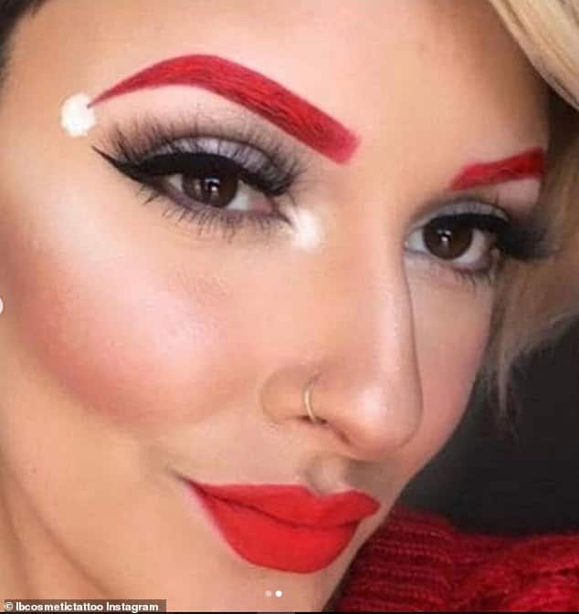 блондинка с красными бровями