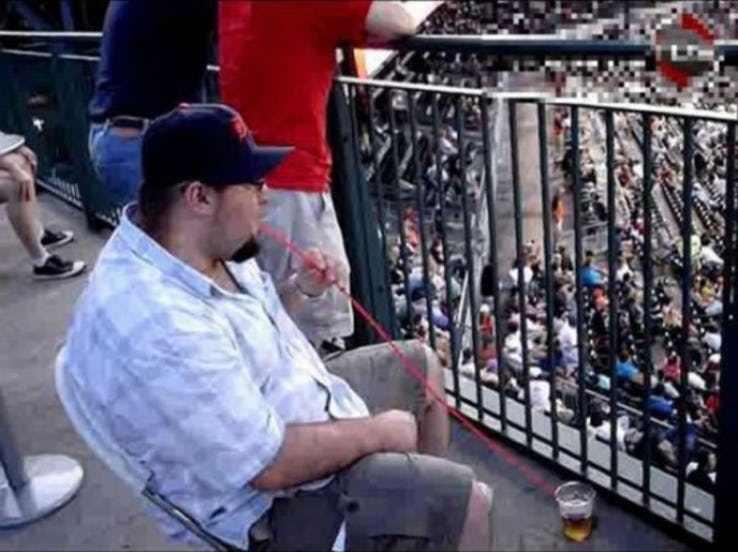 мужчина пьет пиво через трубочку