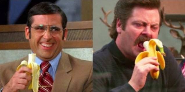 мужчины едят банан