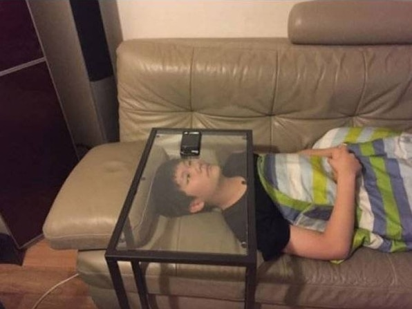 мальчик смотрит телефон