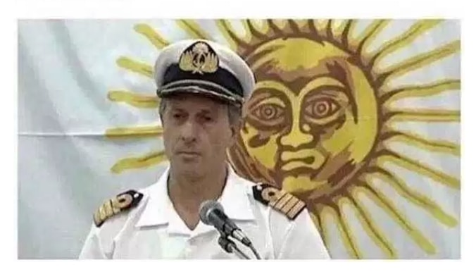 мужчина в форме на фоне нарисованного солнца
