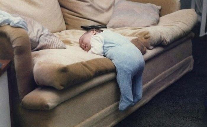 ребенок уснул на диване
