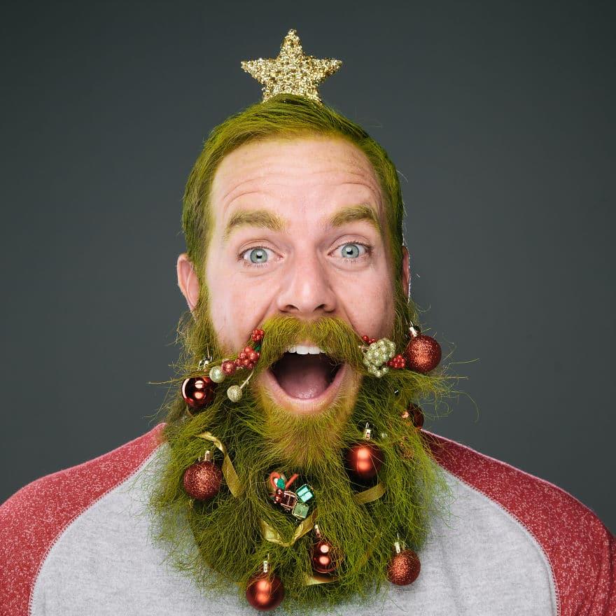 парень с зеленой бородой и игрушками в ней