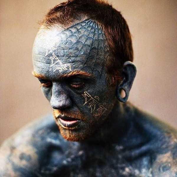 мужчина с синей кожей