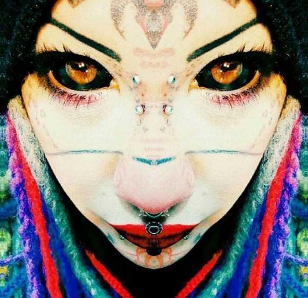девушка с пирсингом в носу и черными глазами