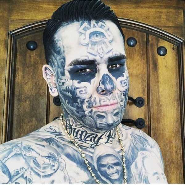 парень в татуировках