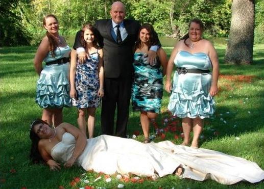 невеста лежит на газоне в окружении гостей