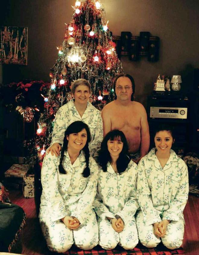 семья фотографируется на фоне елки