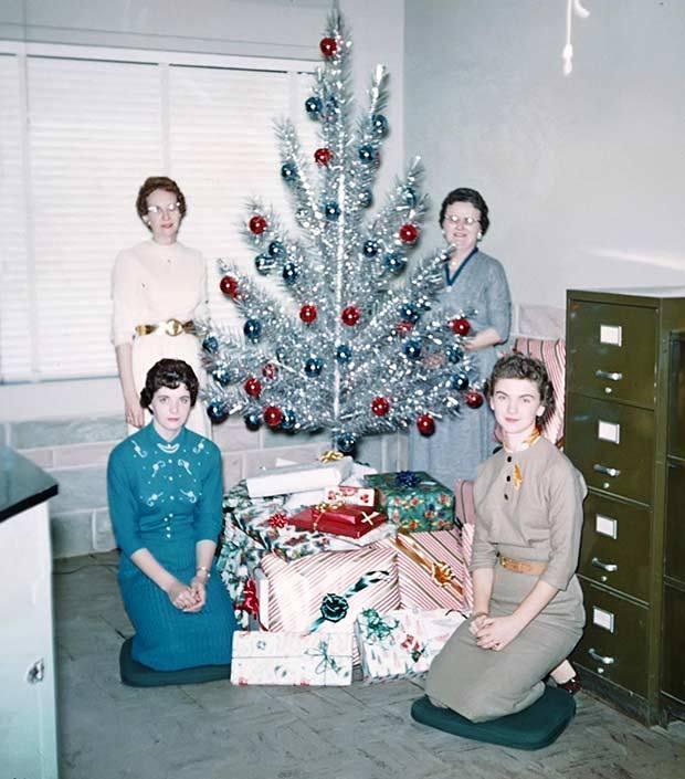 женщины возле елки