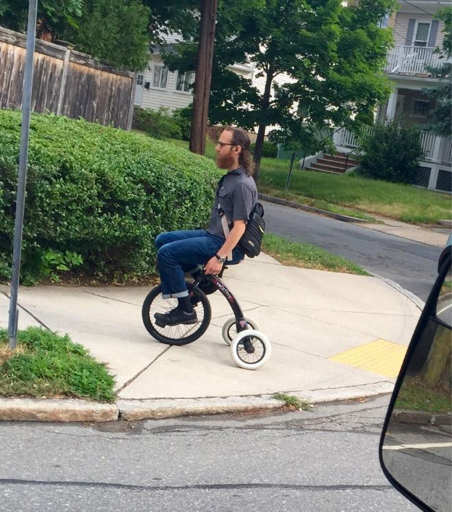 мужчина на 3-колесном велосипеде