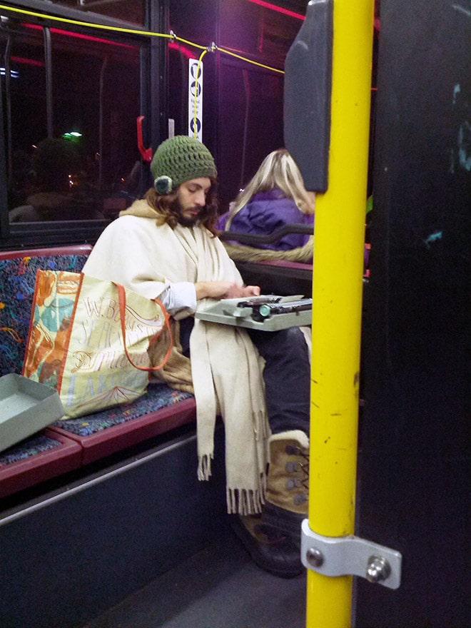 странный парень в транспорте