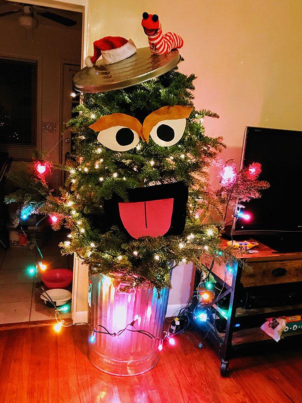 елка с нарисованными глазами и ртом