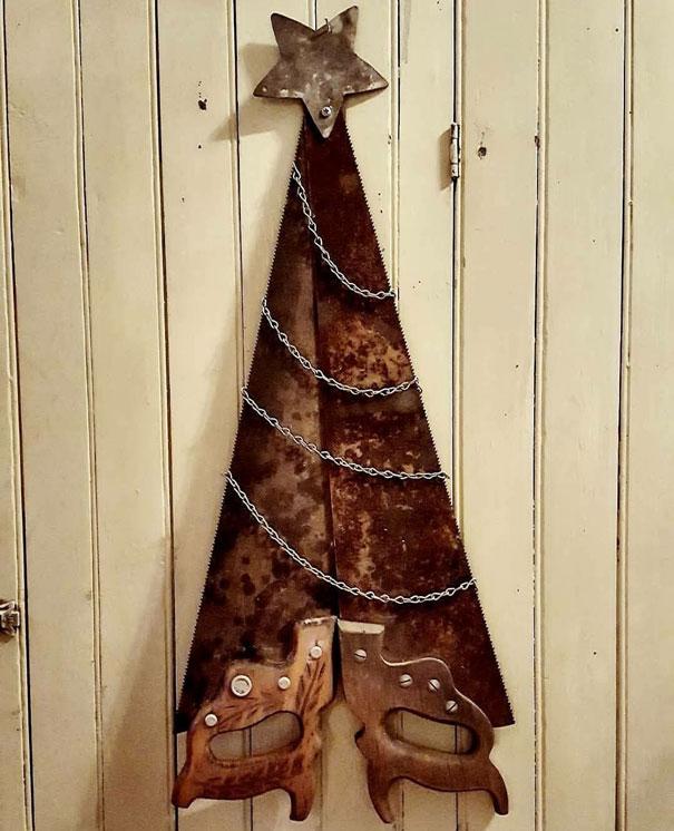 елка из ржавых пил