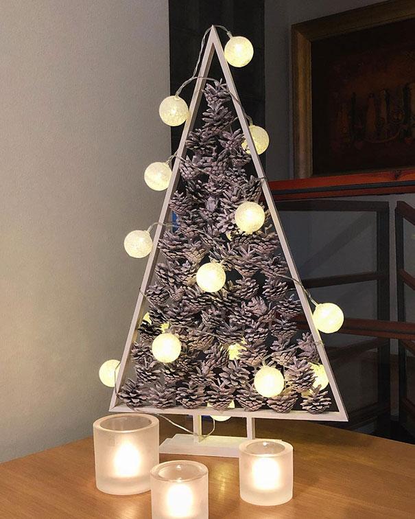 елка из шишек и лампочек