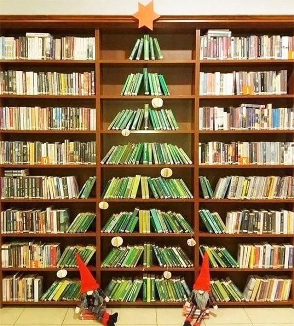 елка из зеленых книг в библиотеке